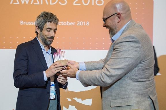 Απονομή του πρώτου βραβείου στον Καθηγητή Α. Καμέα από τον Fernando Trujillo Saez, senior lecturer του Granada University και content creator στην Conecta13